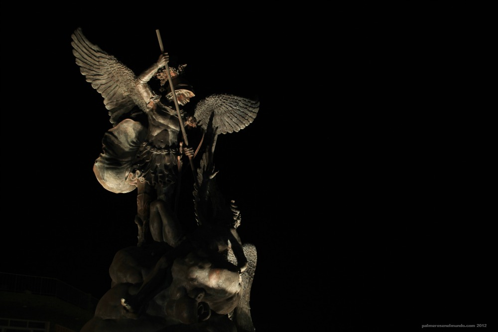 El arcángel San Miguel triunfa sobre las fuerzas del mal