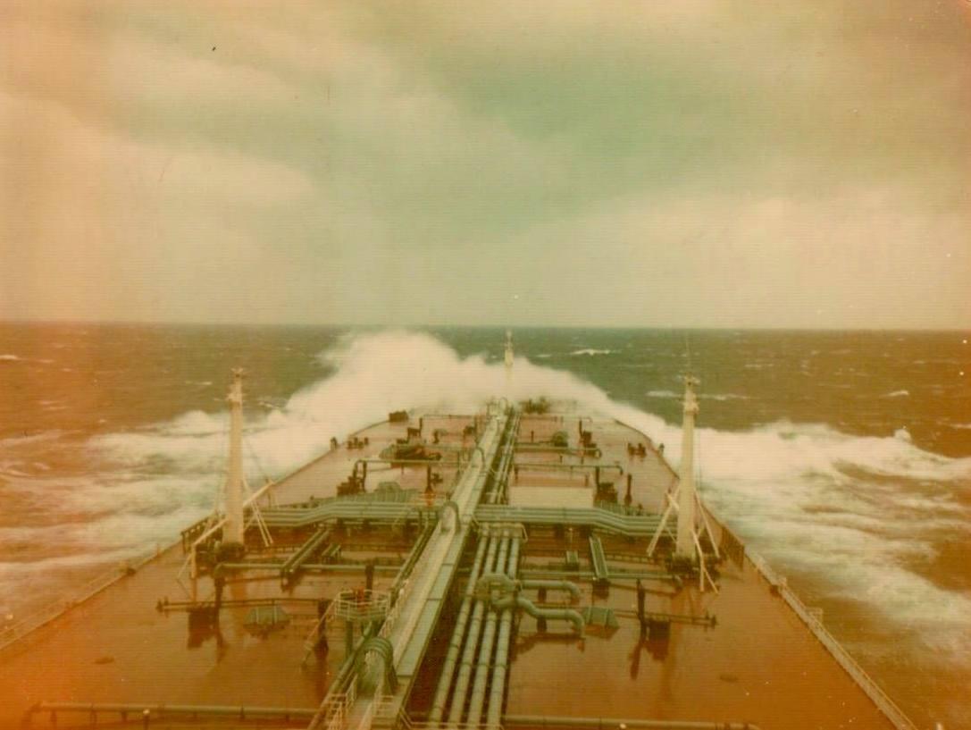 """Cubierta principal del petrolero """"María Alejandra"""" navegando con mal tiempo"""