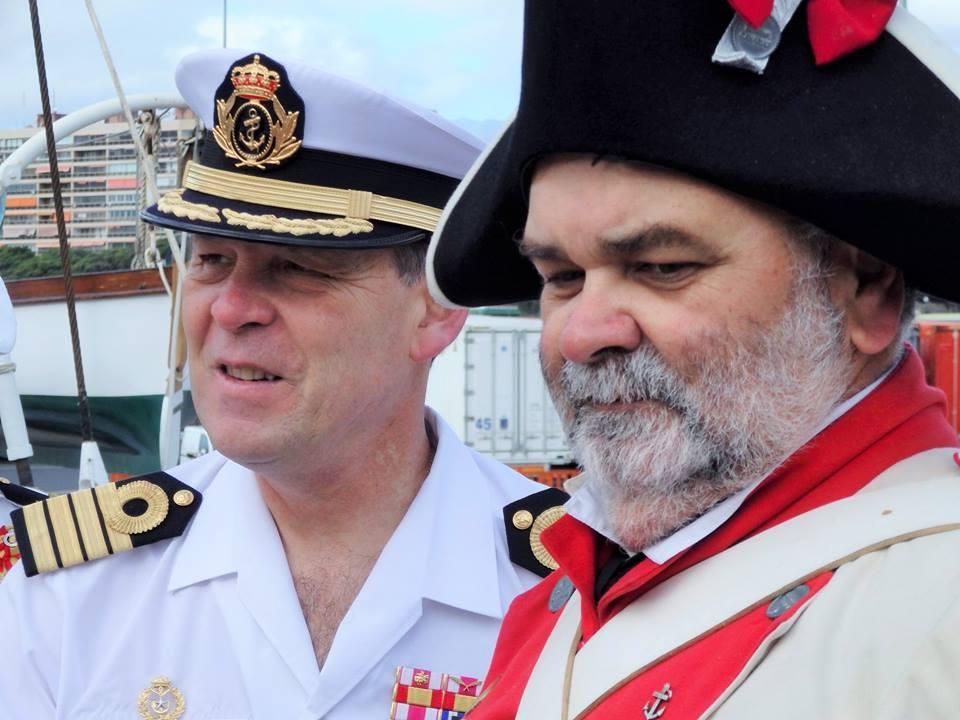"""El capitán de navío Victoriano Gilabert, comandante del buque-escuela y Javier Gorostiza, presidente de la """"Asociación Cultural 25 de Julio"""""""
