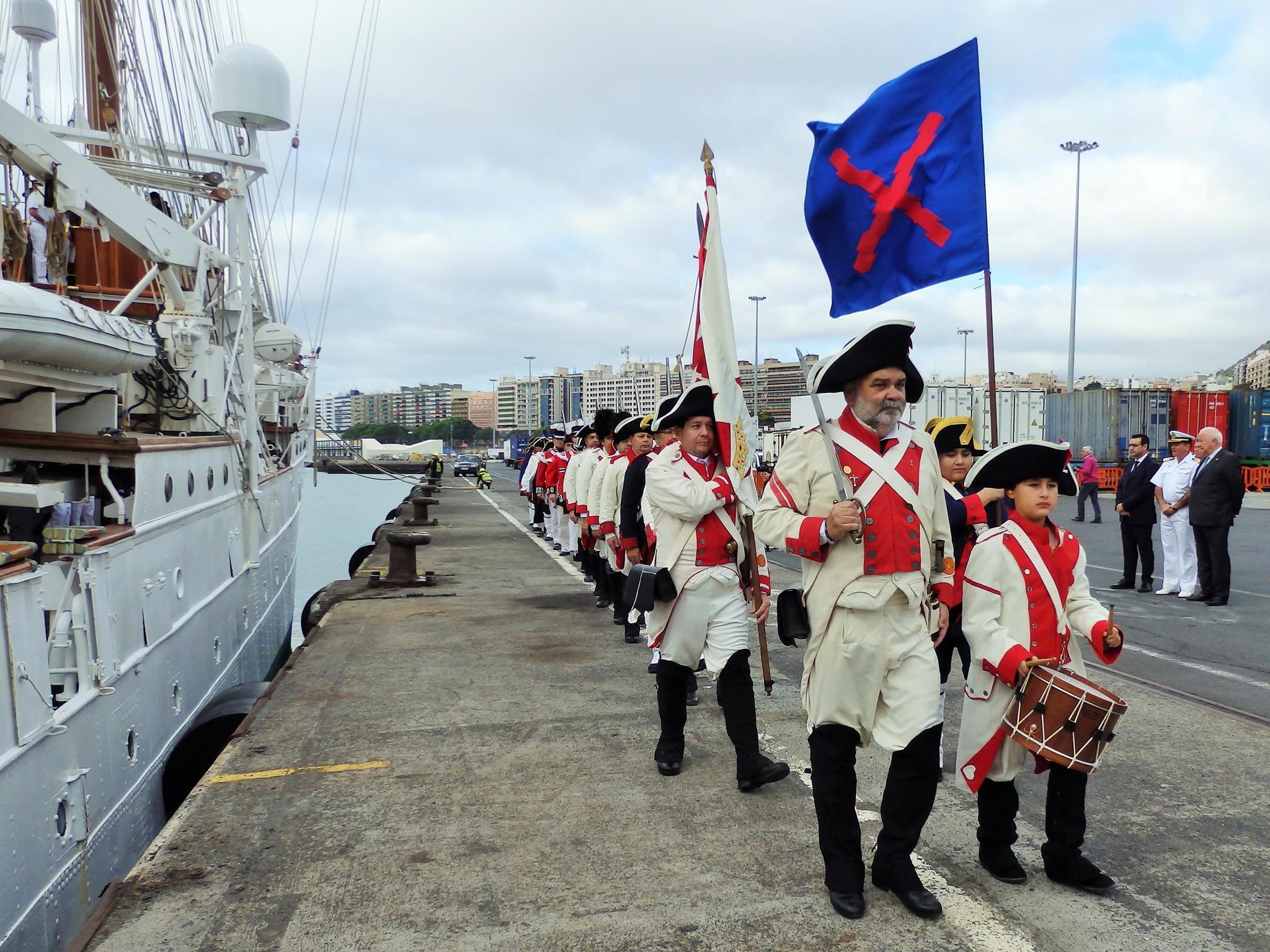 """Los soldados de época de la """"Asociación Cultural 25 de Julio"""" desfilan ante el buque-escuela"""