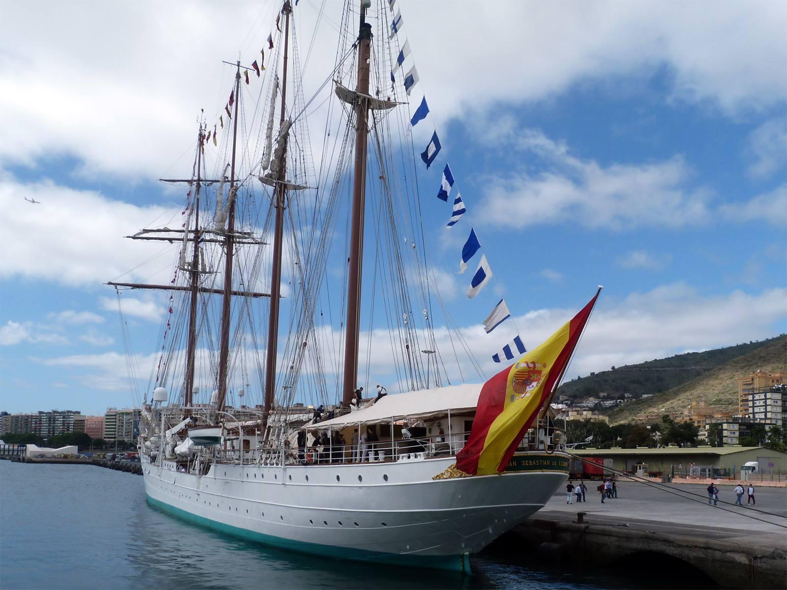 """El buque-escuela """"Juan Sebastián de Elcano"""", visto por la aleta de babor"""