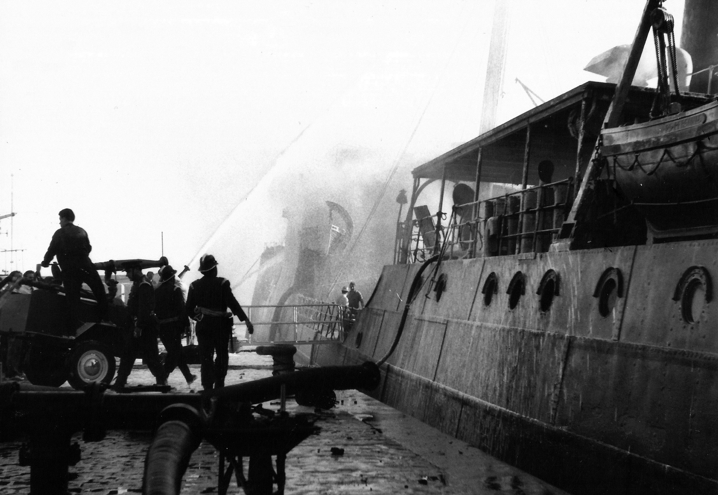 """Los bomberos luchan contra el fuego a bordo del """"Monteleón"""""""