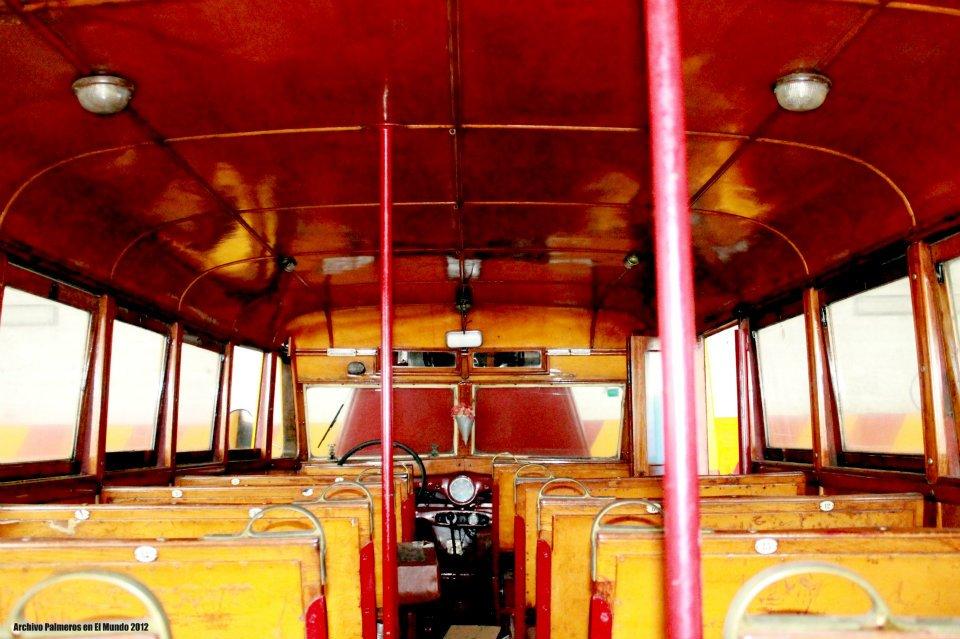 Interior de la única guagua Austin que se conserva en La Palma