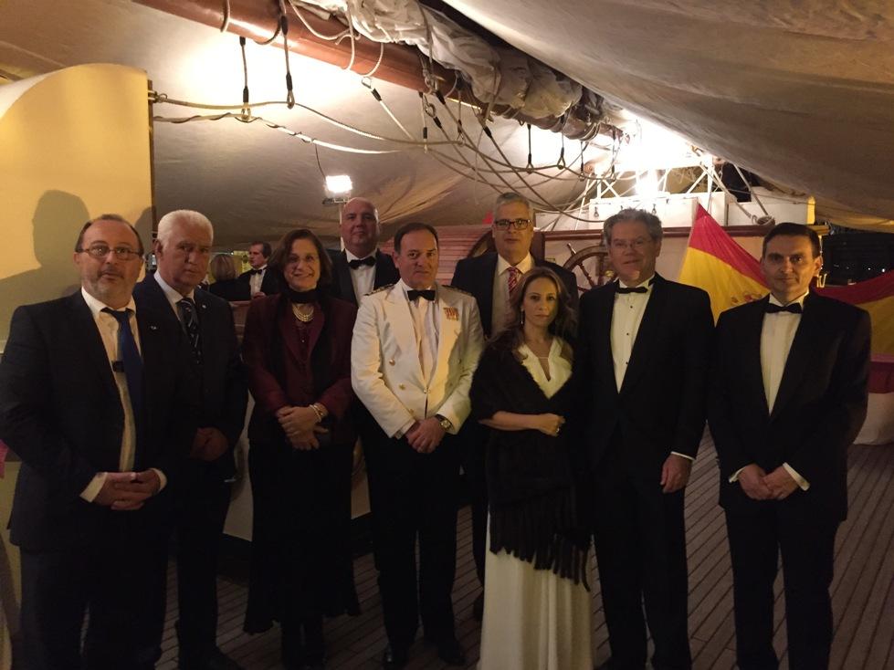 Comandante naval de Tenerife y acompañantes, y miembros del Cuerpo Consular