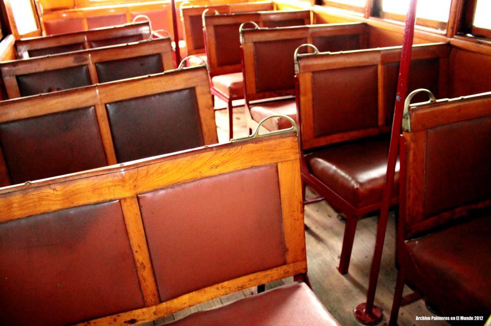 Las filas de los asientos en madera, igual que la carrocecería