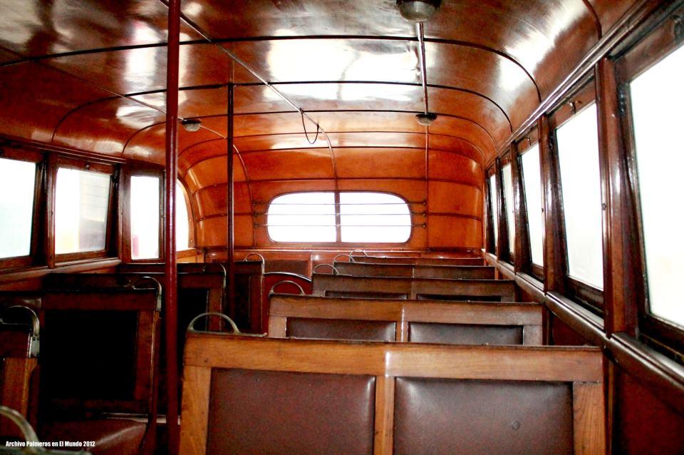 El habitáculo de la guagua, pasillo y dos filas de asientos