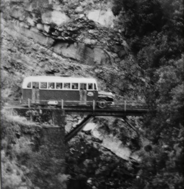 Una guagua a su paso por el puente del barranco de Los Hombres