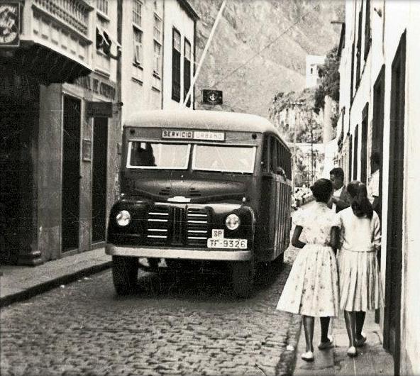 Guagua del servicio urbano circulando por la calle Real de Santa Cruz de La Palma
