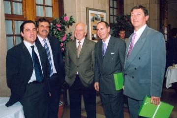 """Alfonso García Bach (primero por la derecha), Juan Diego Suárez Servando, Luis Aranaz Rodríguez, José Antonio Carrillo Romero y Fernando Martín Hernández, en la presentación del libro """"Las alas del Atlántico"""" (2002)"""