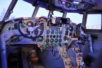 La cabina del Il-18, con todo su instrumental original