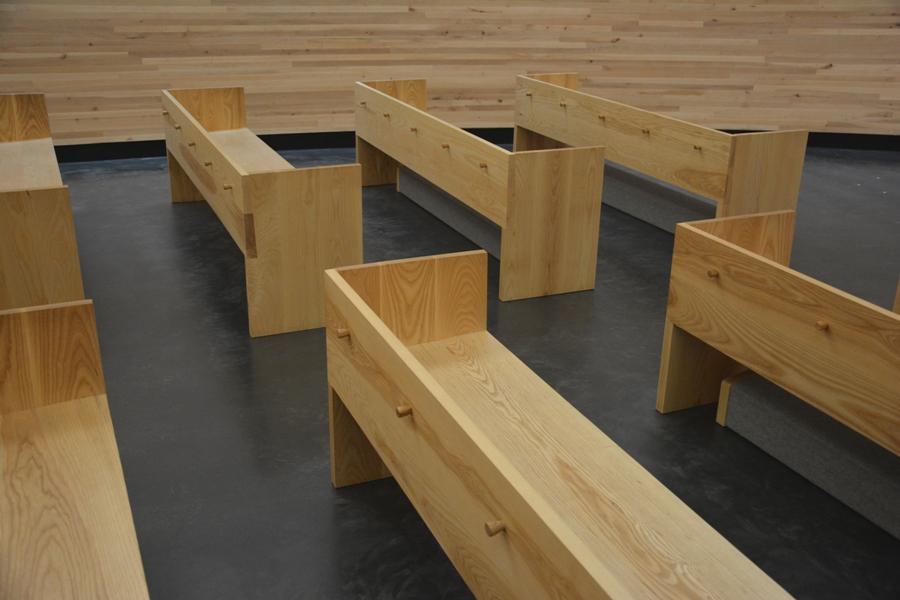 Todo el mobiliario de la capilla Kamppi está hecho en madera maciza