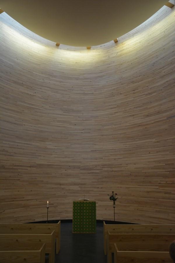 El altar, lo mismo que la sala de la capilla, abraza en toda su sencillez al visitante