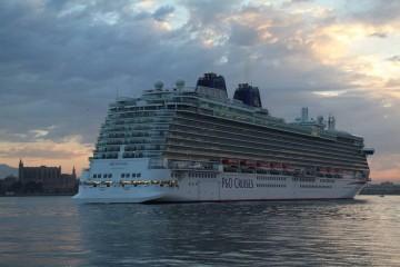 """El megacrucero """"Britannia"""", esta mañana, a su llegada a Palma"""