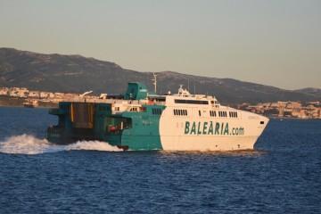 """El catamarán """"Avemar Dos"""", navegando en dirección a Algeciras"""