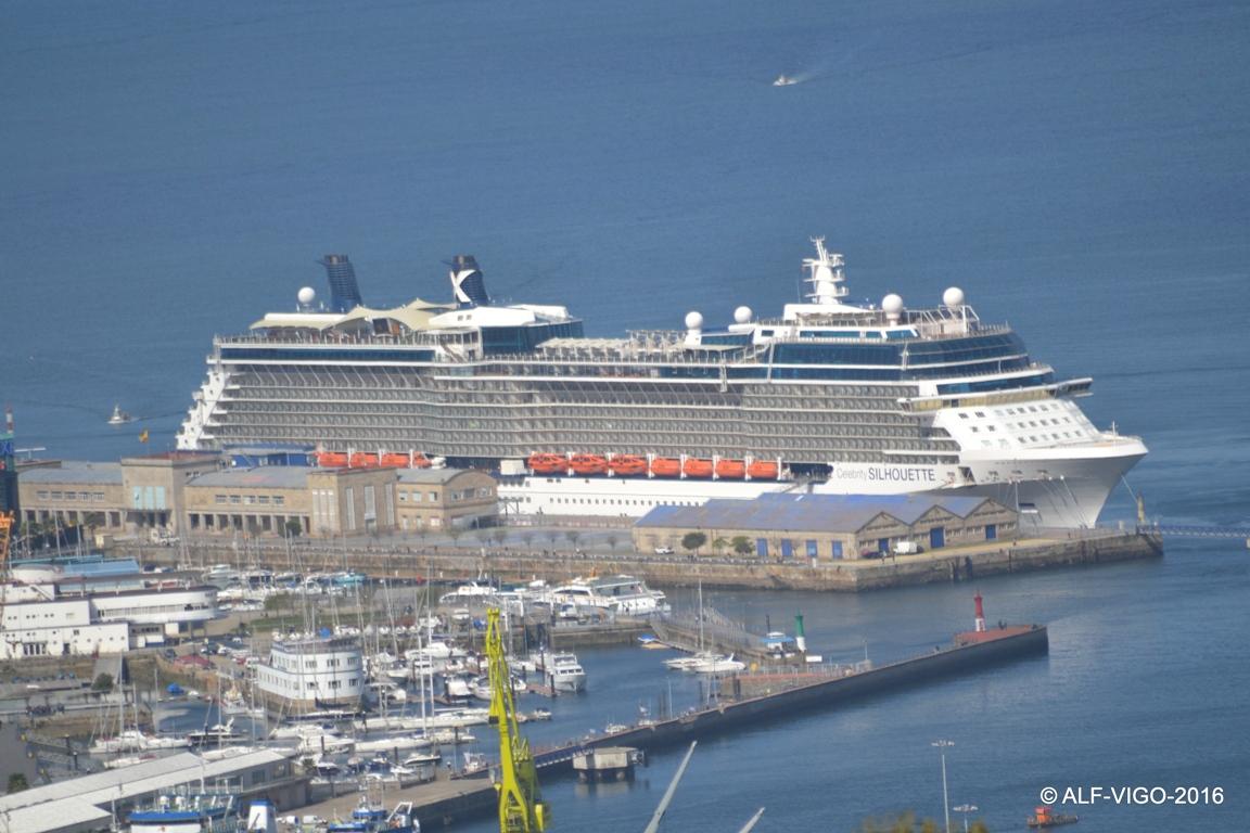 La presencia del buque destacó en el entorno portuario vigués