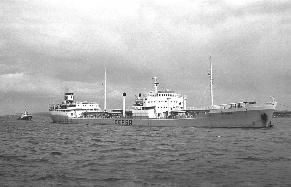"""El petrolero """"Vitoria"""", entrando en la bahía de Santander"""