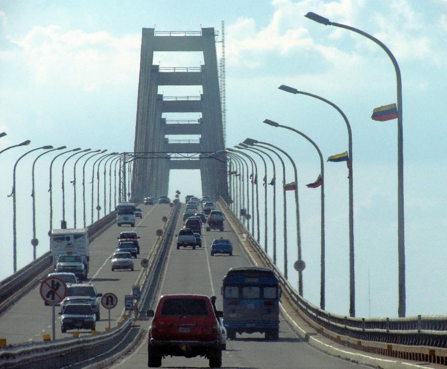 Acceso al puente por la zona oriental del lago de Maracaibo