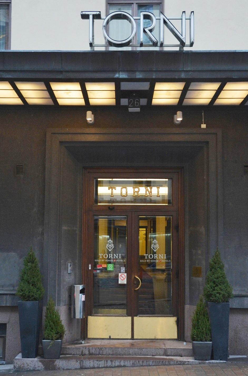 Puerta principal de acceso al hotel Torni