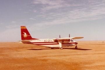 Avión Britten Norman Islander EC-CFY en el Sahara