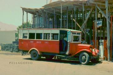 "La vieja guagua ""la cucaracha"" junto a la gasolinera de Los Llanos de Aridane"