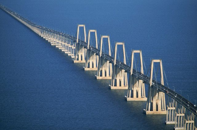 En su parte central, el puente sobre el lago de Maracaibo es de tipo atirantado