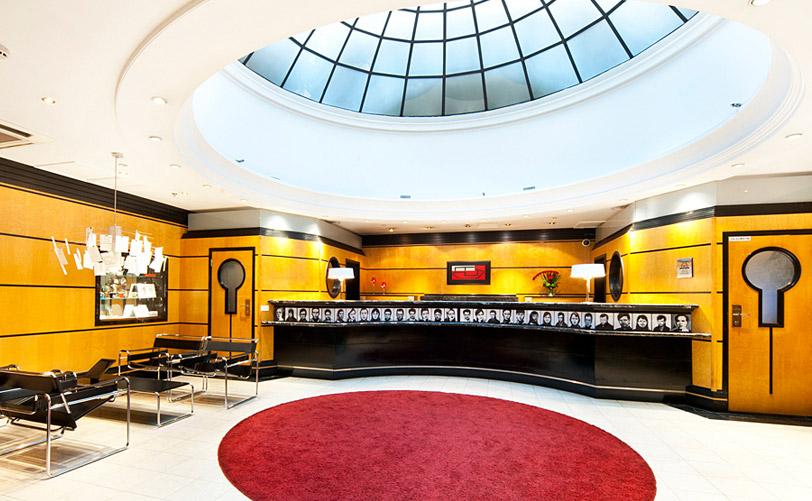 Lobby y recepción del hotel Torni