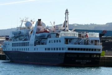 """El buque """"Silver Explorer"""", atracado en el puerto de Vigo, visto por la aleta de babor"""