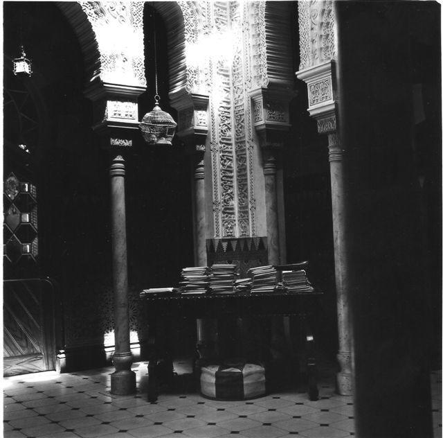 Interior del Pious School. Detalle de la decoración árable