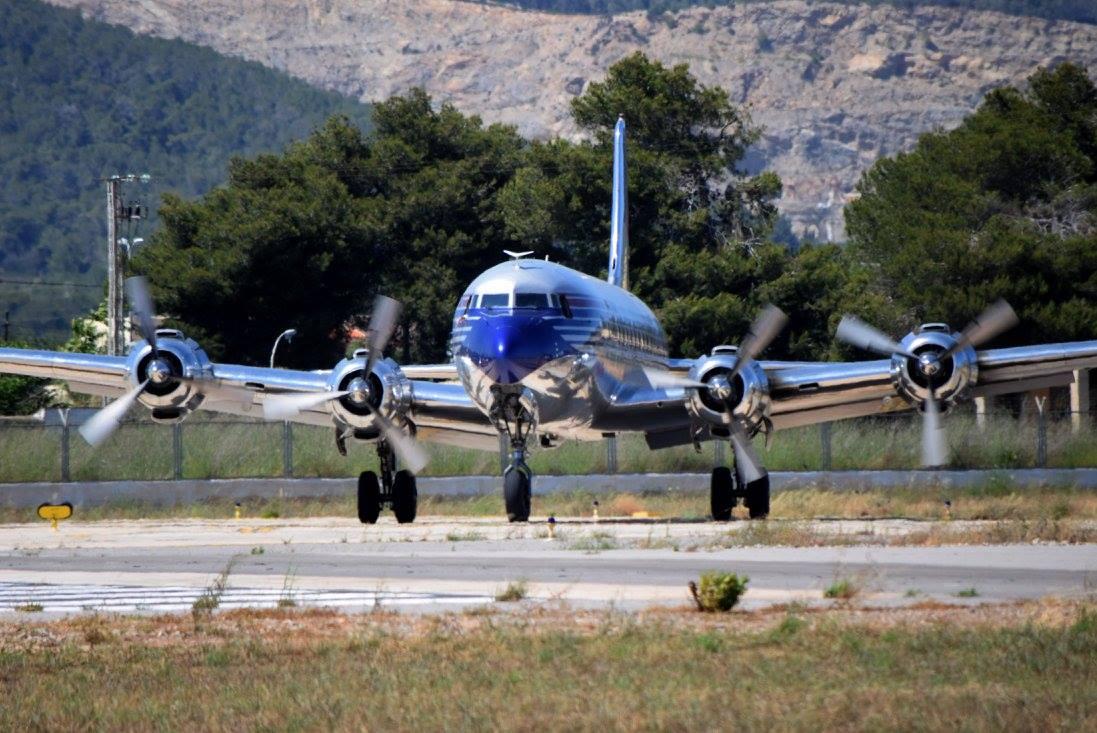 El avión, bien conservado, luce un aspecto impecable