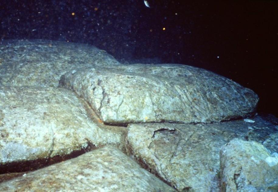Parte de los sacos de cemento permanecen en el plan de la bodega