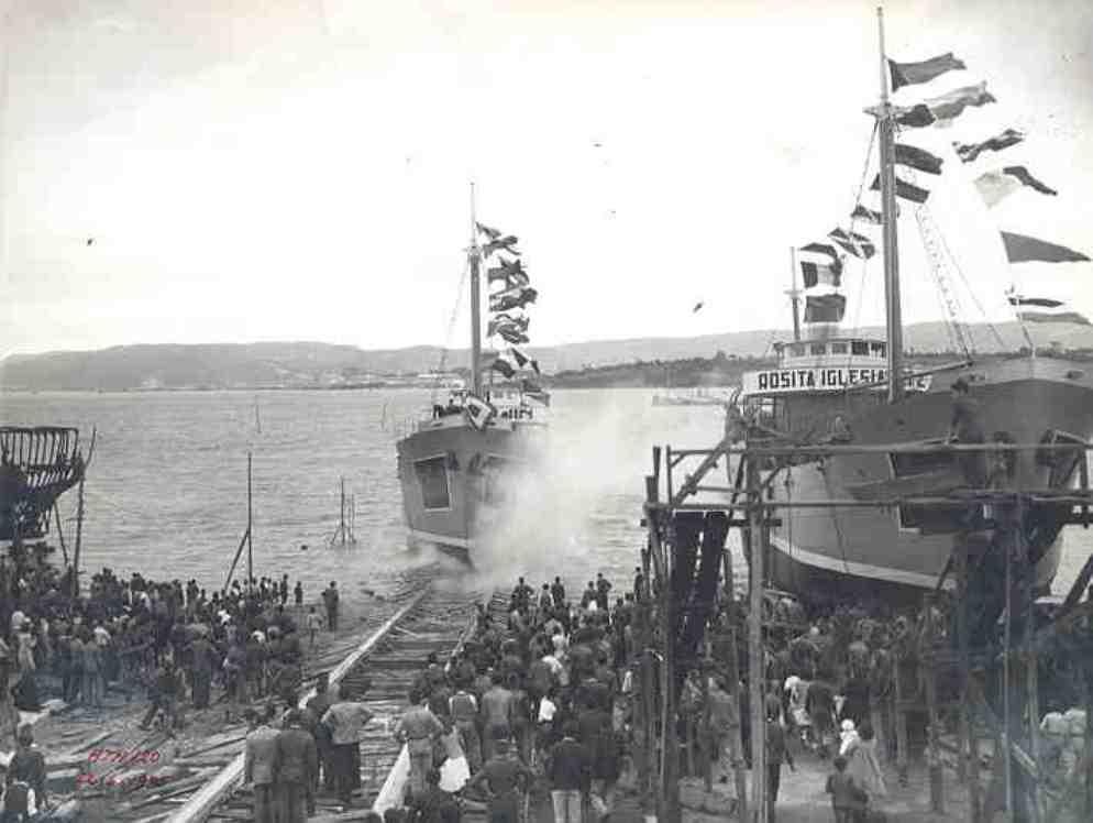 """El buque """"Marujín"""", empavesado, flota por primera vez"""