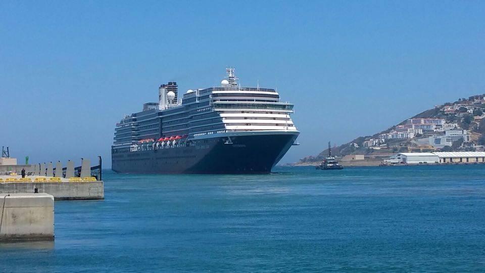 """El buque """"Oosterdam"""", entre puntas, en la maniobra de entrada"""