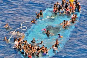Un grupo de inmigrantes a bordo de una embarcación volcada