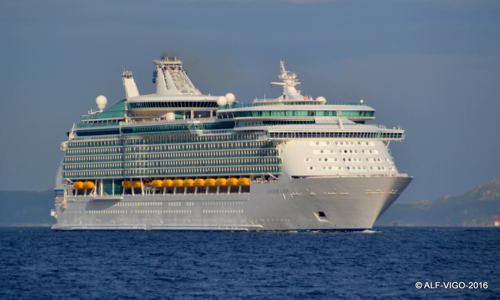 """El buque """"Navigator of the Seas"""", a su llegada esta mañana al puerto de Vigo"""