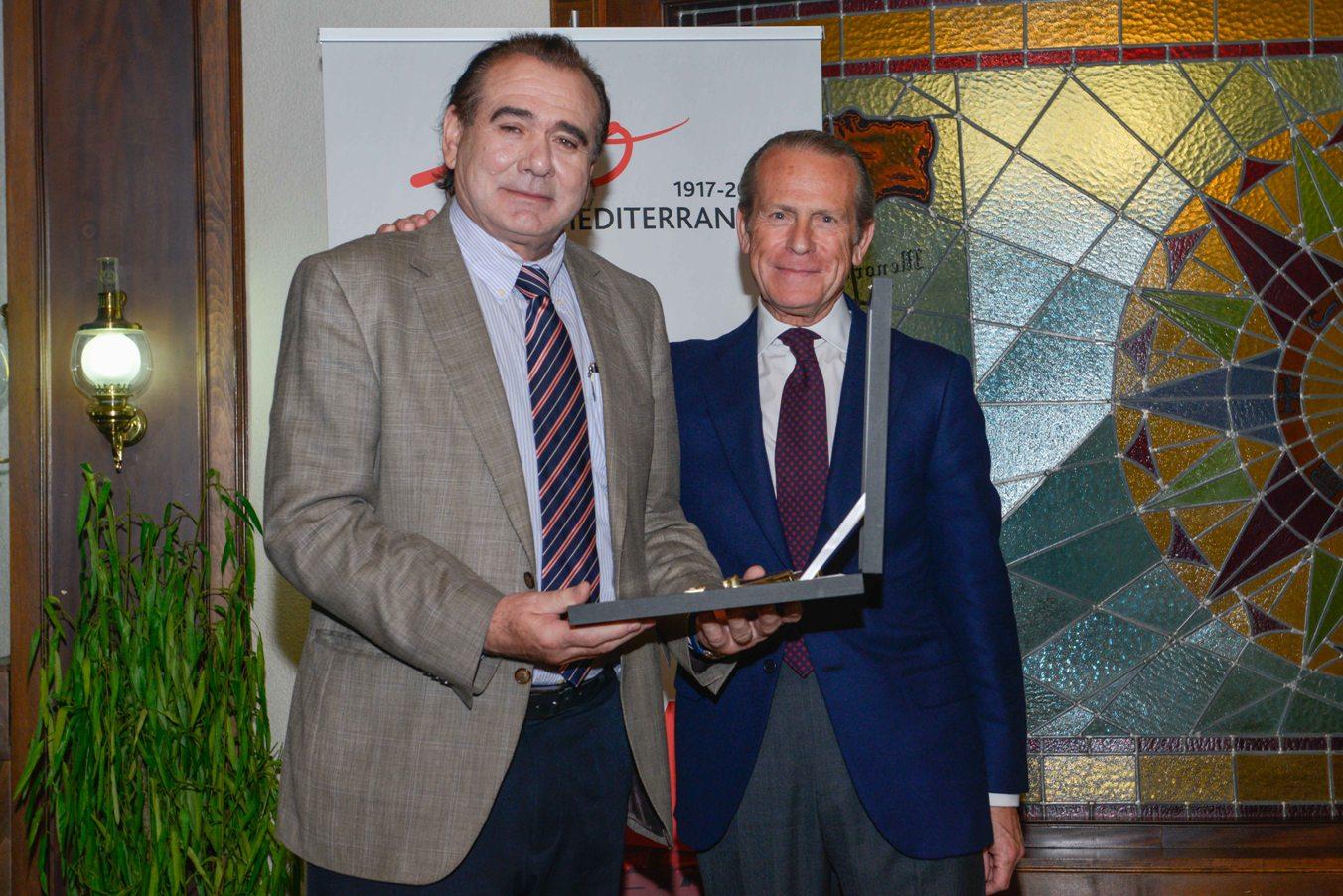 El director general de la Marina Mercante recibe una metopa conmemorativa