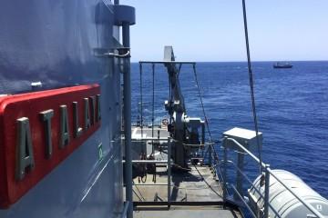 """El pesquero español, al fondo, visto desde la cubierta del  patrullero """"Atalaya"""""""