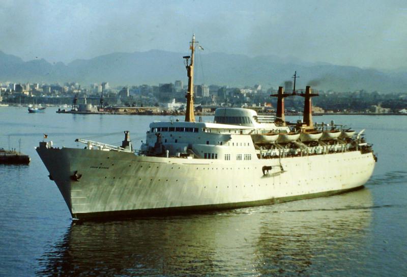 """El buque """"Juan March"""", entrando en el puerto de Palma en 1969"""