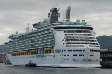 """El buque """"Navigator of the Seas"""", atracado en el muelle de trasatlánticos de Vigo"""
