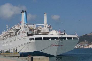 """El buque """"Thomson Spirit"""", visto de popa, atracado en Ceuta"""