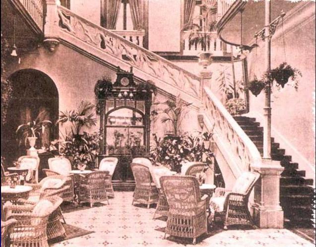 Hall del hotel Quisisana y escalera de acceso al piso superior