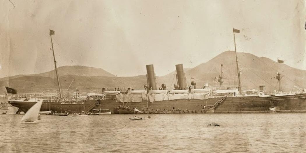 """El trasatlántico """"Alfonso XII"""", fondeado en el puerto de La Luz"""
