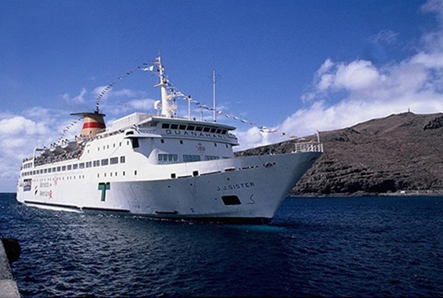"""El ferry """"J.J. Sister"""", a su entrada en el puerto de San Sebastián de La Gomera"""