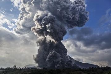 La nube de gases y cenizas  del volcán Sinabung se eleva a más de tres kilómetros