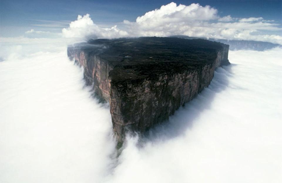 Espectacular fotografía del tepuy Roraima emergiendo entre las nubes