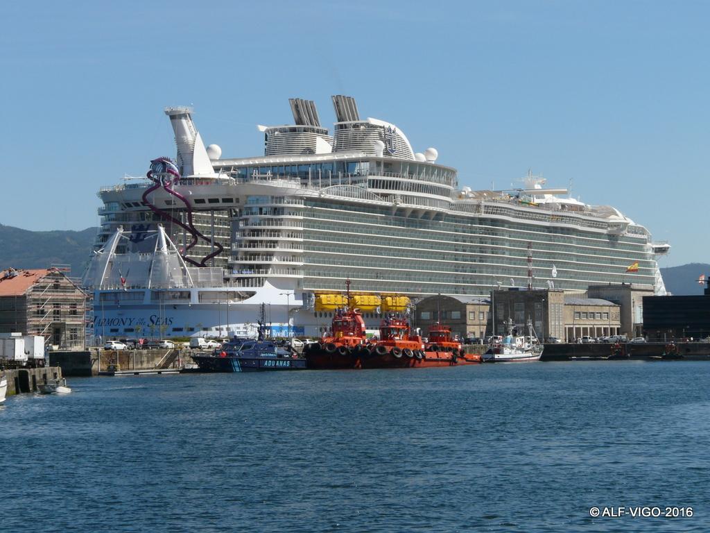 La impresionante mole del megacrucero destaca  en el entorno portuario