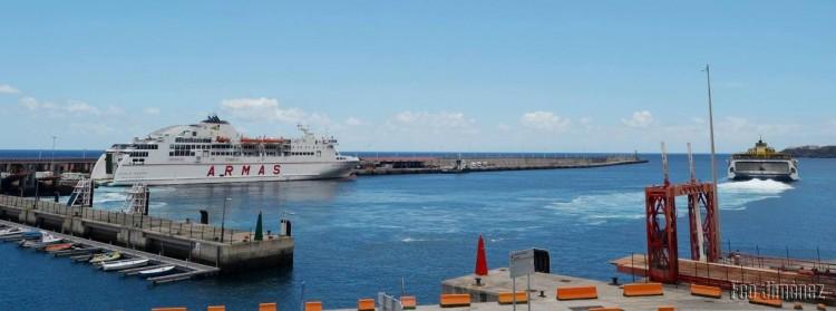 """Los buques """"Volcán de Taburiente"""" y """"Benchijigua Express"""", en el puerto de Santa Cruz de La Palma"""
