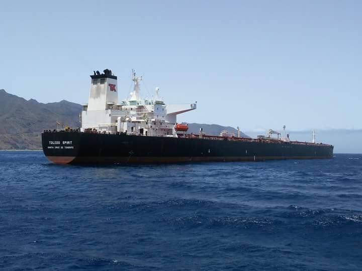 """El petrolero """"Toledo Spirit"""" aguarda para descargar en la terminal de CEPSA"""