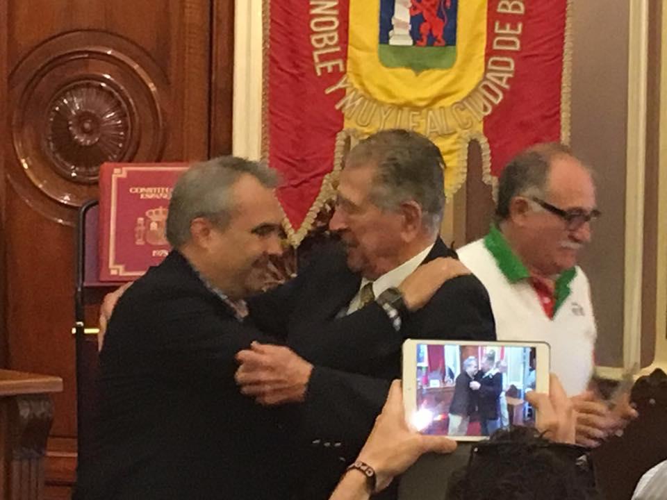 El alcalde de Badajoz y el capitán Rafael Jaume se funden en un abrazo