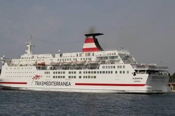 """El buque """"Almariya"""", maniobrando en el puerto de Palma de Mallorca"""