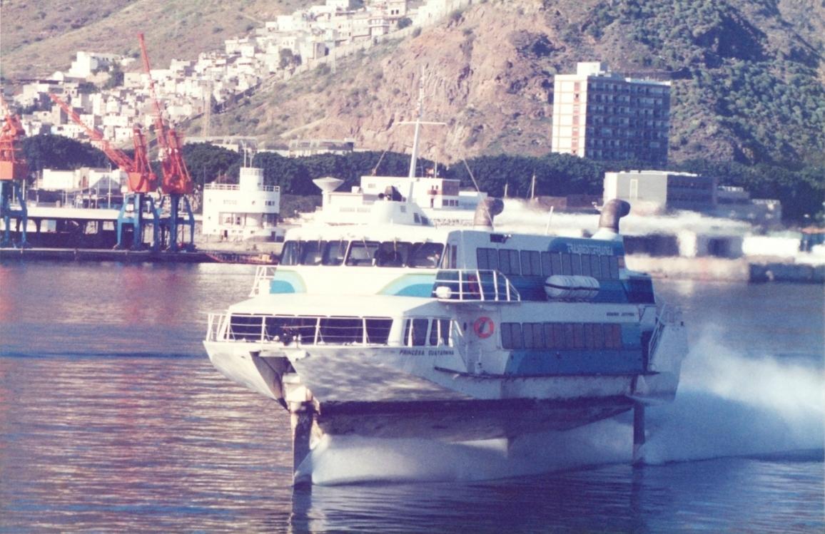 """El jet-foil """"Princesa Guayarmina"""", de entrada en el puerto de Santa Cruz de Tenerife"""
